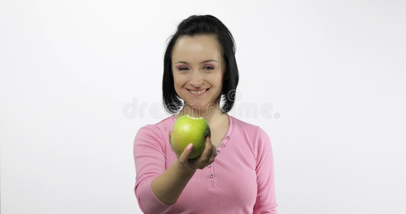 Jonge mooi met de groene beet van de appelaanbieding aan kijker Gezonde voeding stock foto