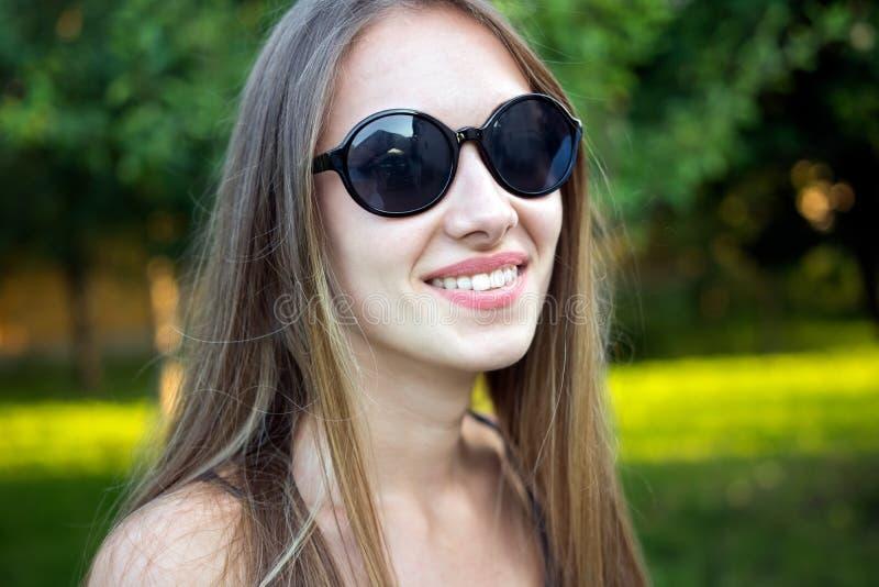 Jonge mooie adolescentie, zonnebril, het glimlachen stock foto