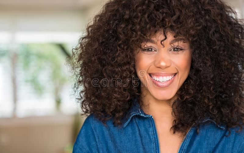 Jonge mooie Afrikaanse Amerikaanse vrouw thuis royalty-vrije stock afbeelding