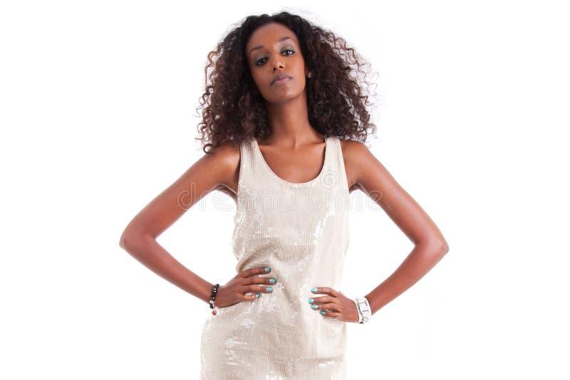 Jonge mooie Afrikaanse vrouw met krullend haar royalty-vrije stock foto