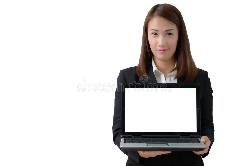 Jonge mooie Aziatische laptop van de bedrijfsvrouwenholding met leeg s stock afbeeldingen