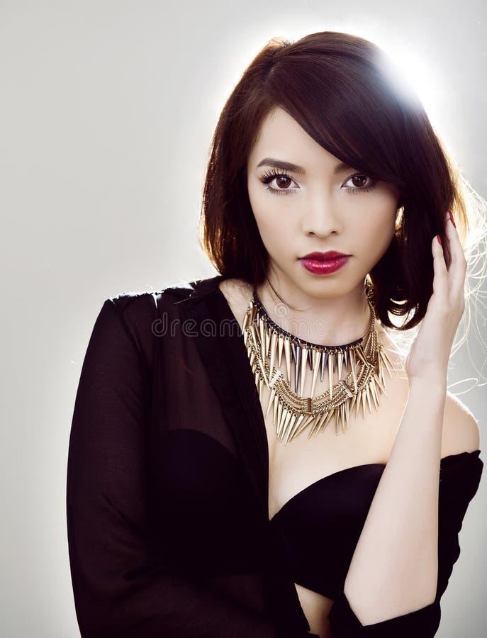 Jonge mooie Aziatische vrouw met onberispelijke huid en perfect samenstelling en bruine haar stock afbeeldingen