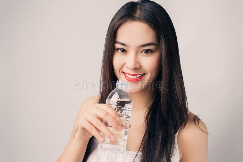 Jonge mooie Aziatische vrouw met smileygezicht en rode lippen holdin royalty-vrije stock fotografie