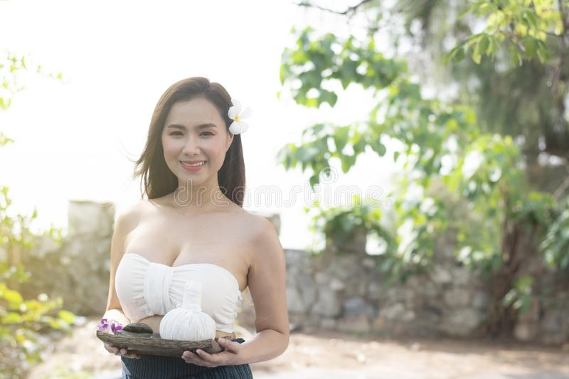 Jonge mooie Aziatische vrouw met Thaise traditionele kleding i stock foto's