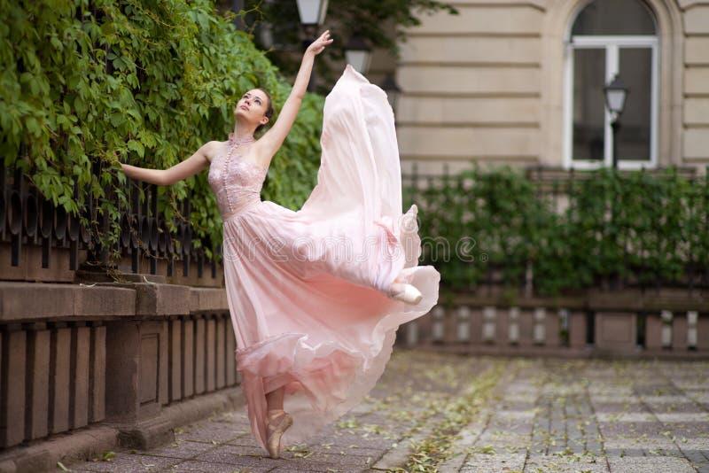 Jonge mooie ballerina royalty-vrije stock foto
