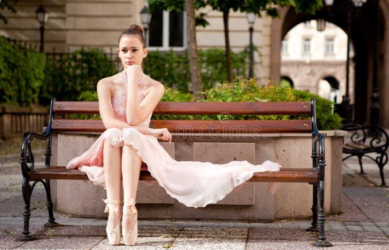 Jonge mooie ballerina royalty-vrije stock afbeeldingen