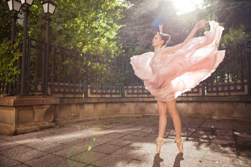 Jonge mooie ballerina stock foto's