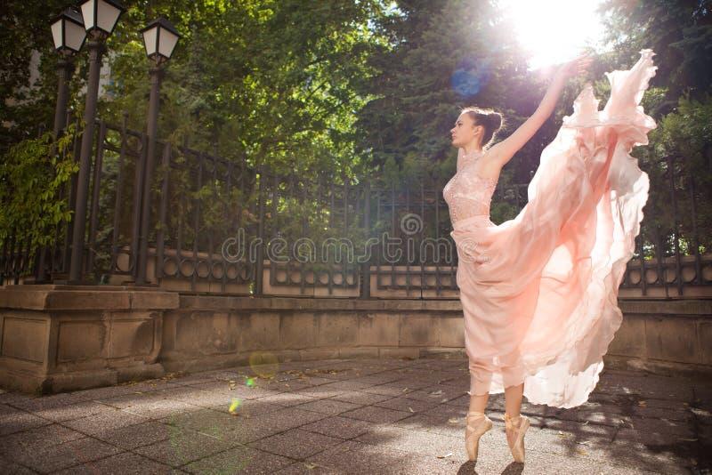 Jonge mooie ballerina royalty-vrije stock fotografie
