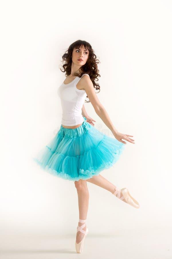 Jonge mooie ballerinadansen stock fotografie