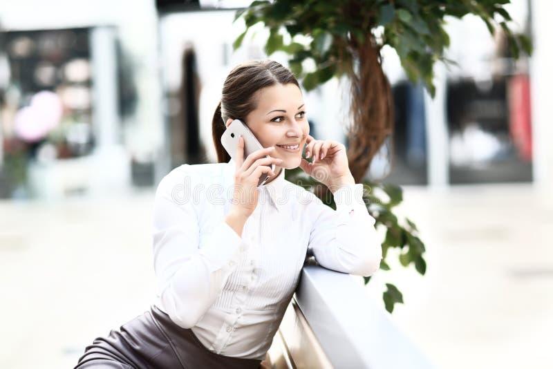 Download Jonge mooie bedrijfsvrouw stock foto. Afbeelding bestaande uit telefoon - 39111932