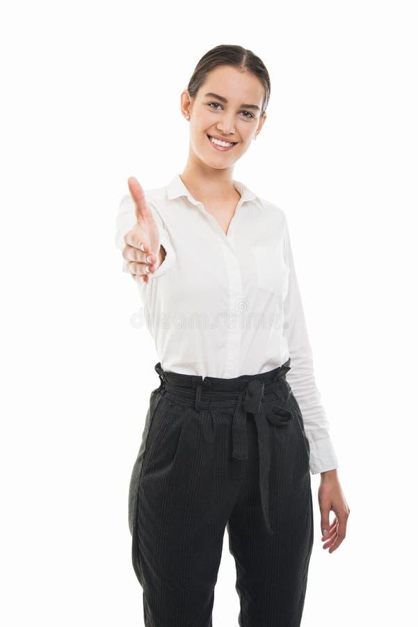 Jonge mooie bedrijfsvrouw die en handdruk bevinden zich aanbieden gest stock afbeelding