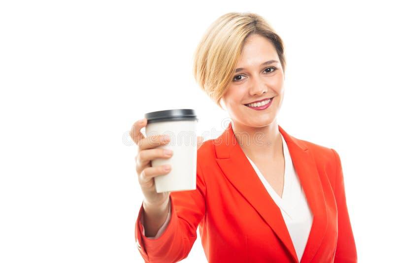 Jonge mooie bedrijfsvrouw die meeneemkoffiekop tonen royalty-vrije stock afbeelding