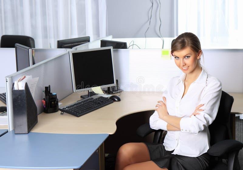 Jonge mooie bedrijfsvrouw die op kantoor werkt stock afbeelding