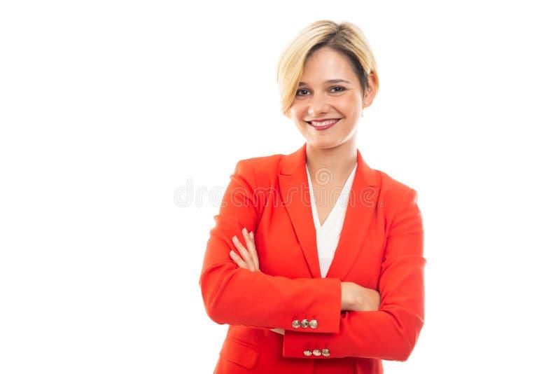 Jonge mooie bedrijfsvrouw die zich met gekruiste wapens bevinden stock fotografie