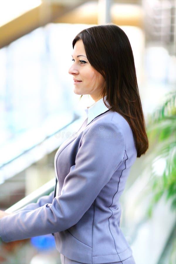 Download Jonge Mooie Bedrijfsvrouw In Helder Stock Afbeelding - Afbeelding bestaande uit achtergrond, mooi: 39111963