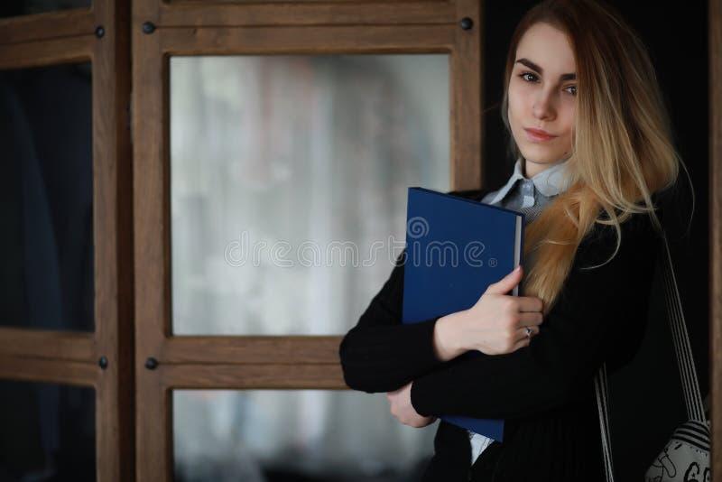 Jonge mooie blondestudente royalty-vrije stock fotografie