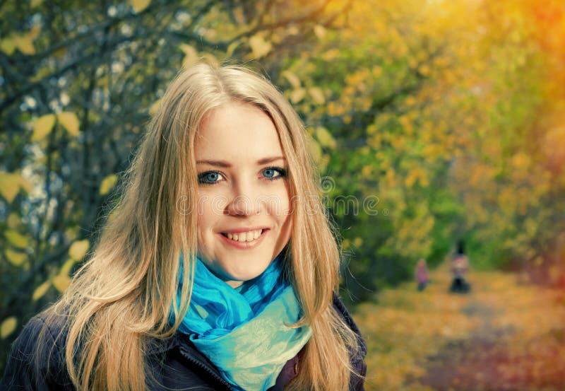 Jonge mooie blondevrouw stock foto's
