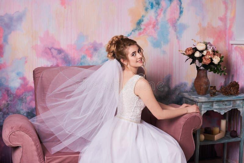 Jonge mooie bruid die klaar voor de spruit van de huwelijksfoto, zij die op bruidegom wachten worden stock afbeeldingen