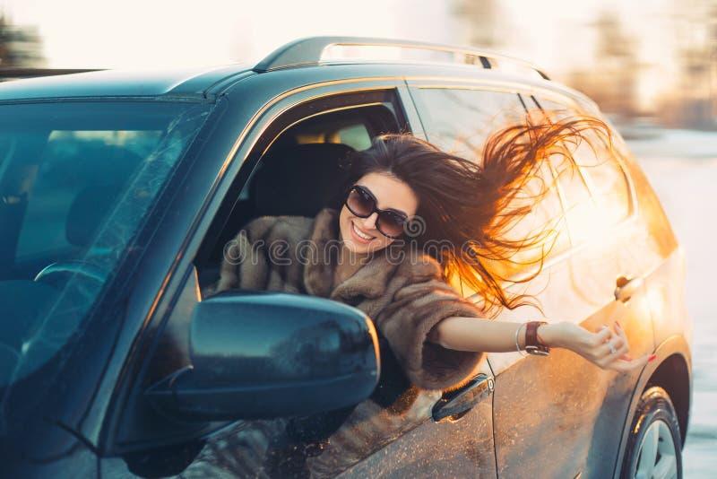 Jonge mooie brunette binnen de auto stock afbeeldingen