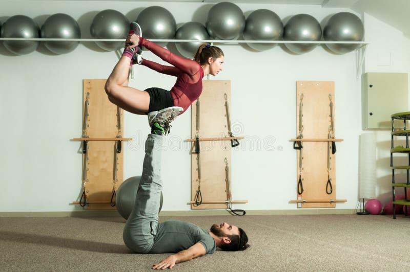 Jonge mooie de training extreme acrobatische oefening van het geschiktheidspaar als voorbereiding voor de concurrentie, selectiev royalty-vrije stock fotografie