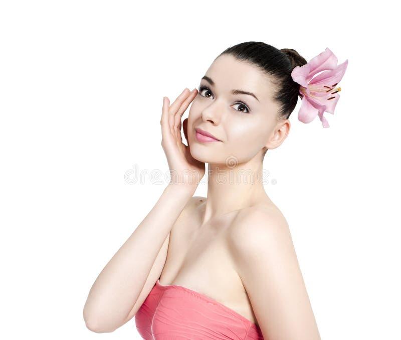 Jonge mooie donkerbruine vrouw met bloem stock afbeeldingen