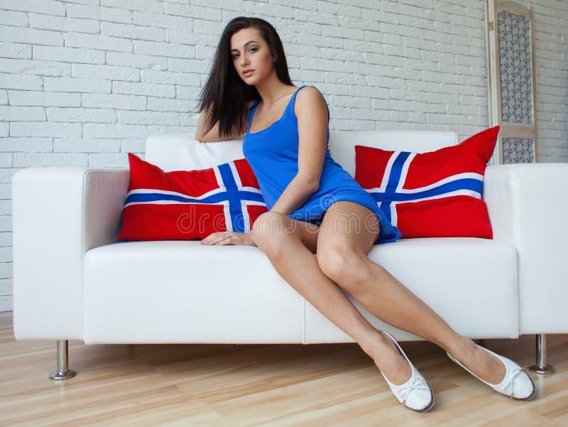 Jonge mooie donkerbruine vrouw met het lange slanke benen stellen, die modieuze kleding dragen stock afbeeldingen