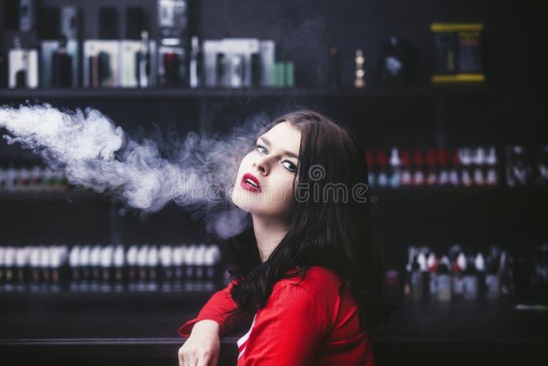 Jonge mooie donkerbruine vrouw met maniermake-up bij barwi royalty-vrije stock foto's