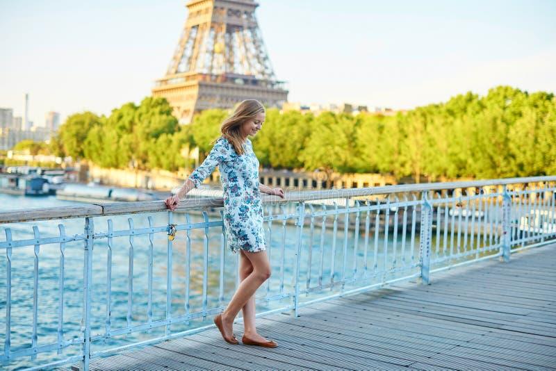 Jonge mooie en elegante Parijse vrouw royalty-vrije stock foto
