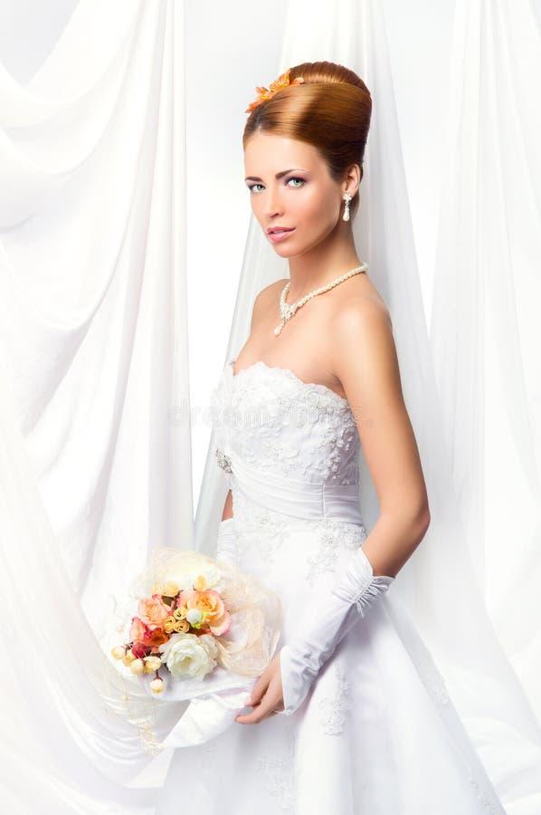 Jonge, mooie en emotionele bruid royalty-vrije stock afbeelding