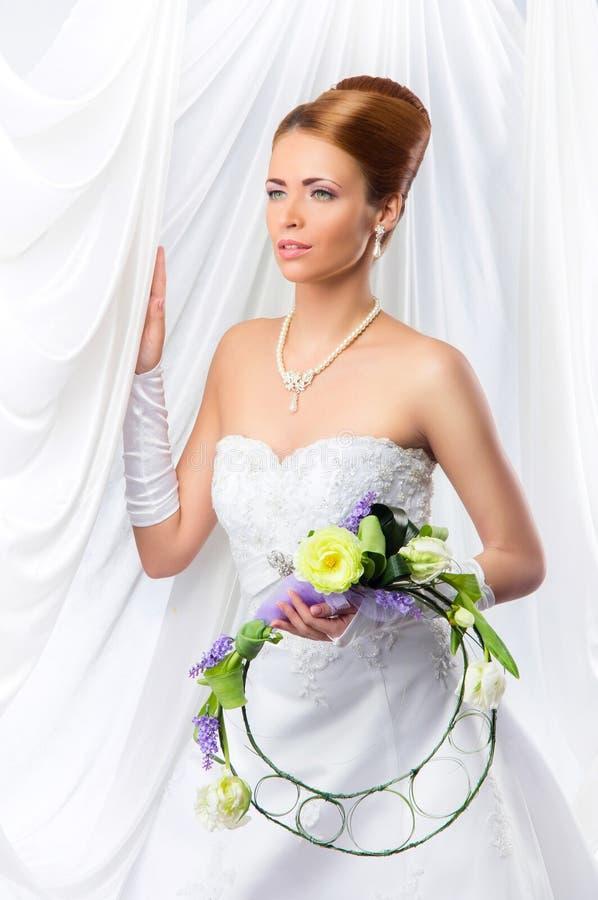 Jonge, mooie en emotionele bruid royalty-vrije stock fotografie