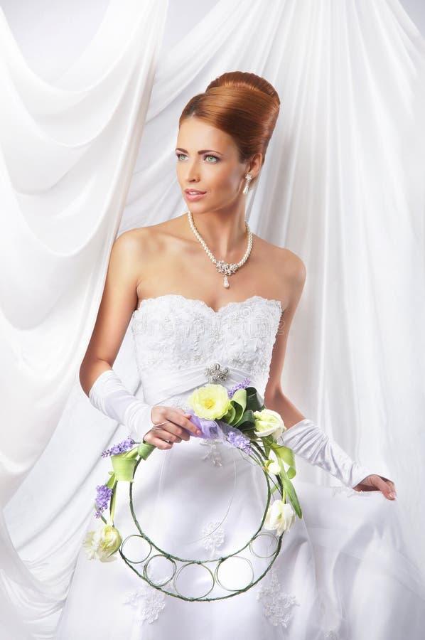 Jonge, mooie en emotionele bruid stock afbeelding