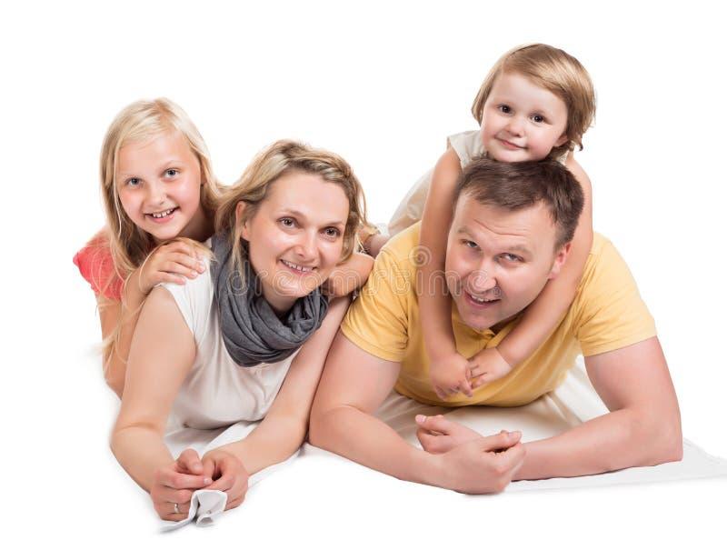 Jonge mooie familie die samen liggen royalty-vrije stock afbeelding