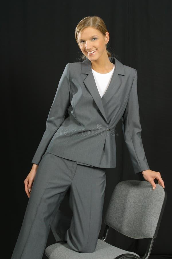Jonge mooie glimlachende bedrijfsvrouw royalty-vrije stock fotografie