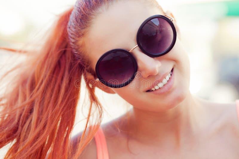 Jonge mooie glimlachende roodharige Kaukasische vrouw royalty-vrije stock afbeeldingen