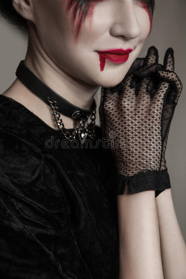 Jonge mooie gotische vrouw met witte huid en rode lippen Halloween stock foto's