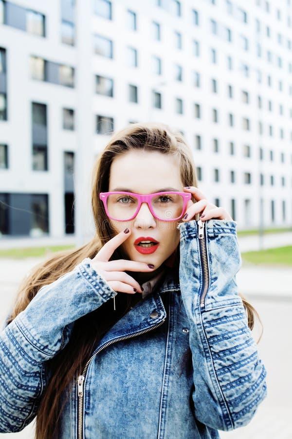 Jonge mooie hipsterstudente met koffiekop die het aanbiddelijke glimlachen, het concept stellen van levensstijlmensen openlucht stock afbeelding