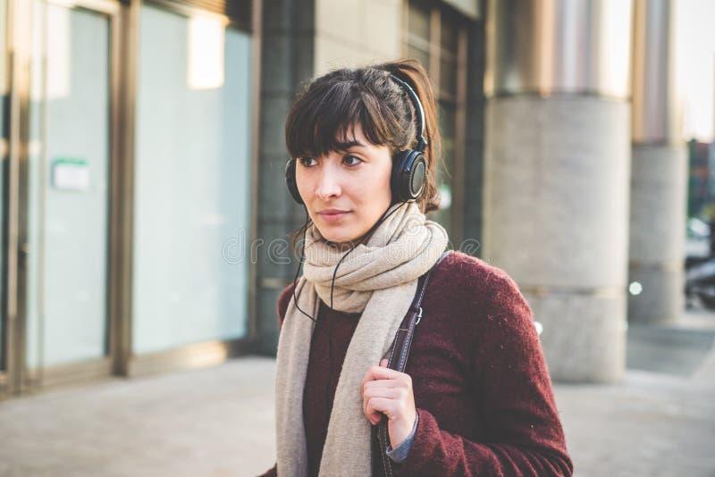 Jonge mooie hipstervrouw het luisteren muziek stock fotografie