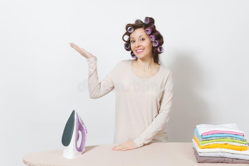 Jonge mooie huisvrouw Vrouw die op witte achtergrond wordt geïsoleerdc Huishoudenconcept Exemplaarruimte voor reclame stock foto's