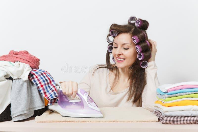 Jonge mooie huisvrouw Vrouw die op witte achtergrond wordt geïsoleerdc Huishoudenconcept Exemplaarruimte voor reclame stock fotografie
