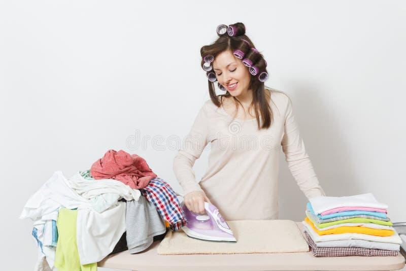Jonge mooie huisvrouw Vrouw op witte achtergrond Huishoudenconcept Exemplaarruimte voor reclame stock afbeeldingen