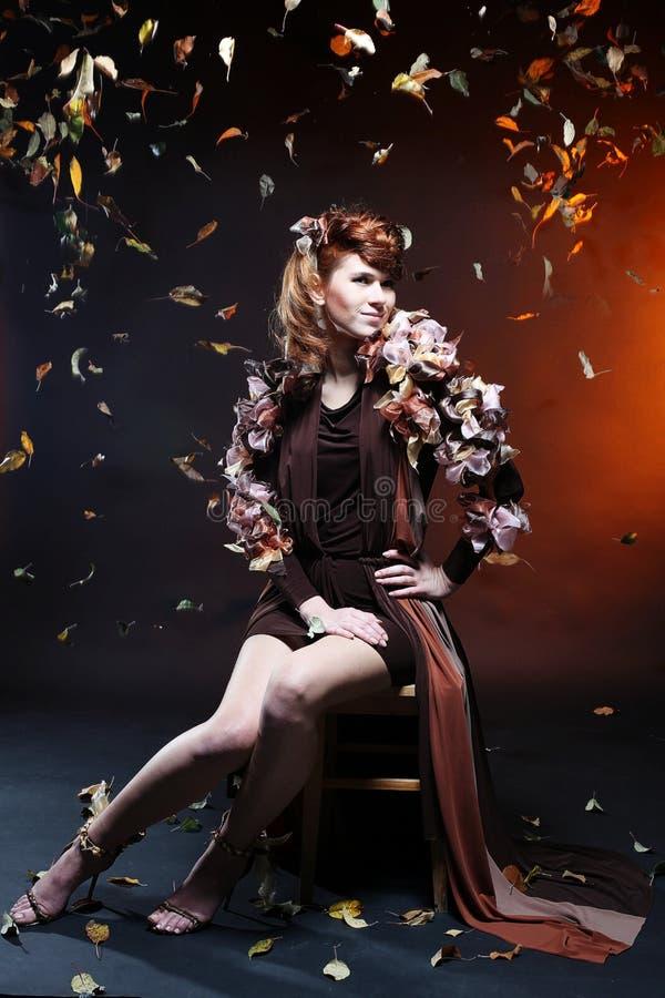 Jonge mooie Kaukasische vrouw met bruine elegant royalty-vrije stock afbeeldingen