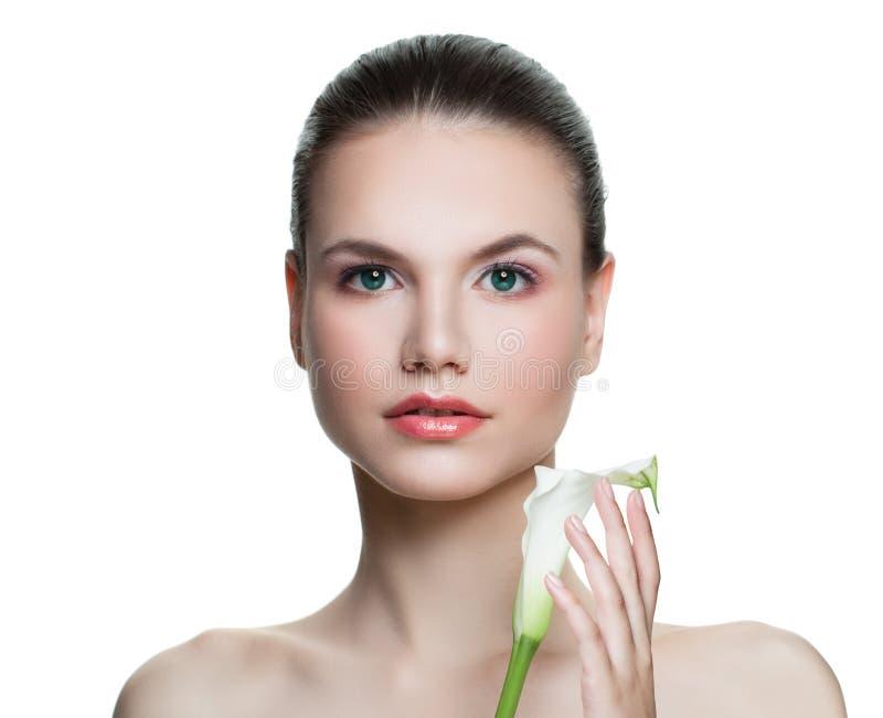 Jonge mooie kuuroord modeldievrouw op witte achtergrond wordt geïsoleerd Gezonde huid Gezichtsbehandeling, de kosmetiek, schoonhe stock foto