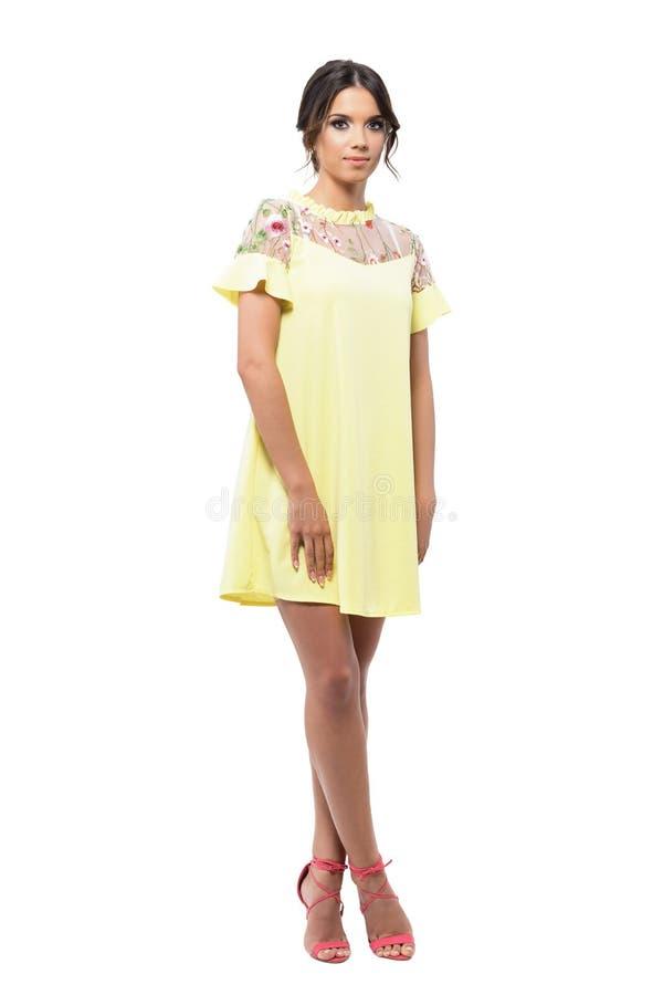 Jonge mooie mannequinvrouw die in gele kleding camera pensively bekijken royalty-vrije stock foto's