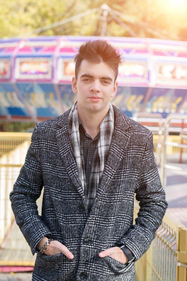 Jonge mooie mens in een de herfstlaag stock afbeelding