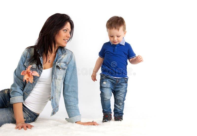 Jonge mooie moeder die haar zoon bekijkt royalty-vrije stock foto's