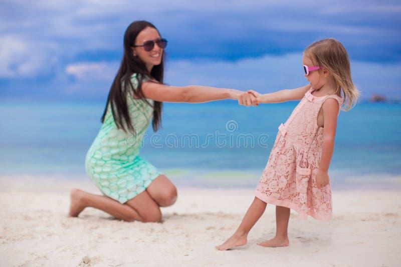 Jonge mooie moeder en haar aanbiddelijk weinig stock afbeelding
