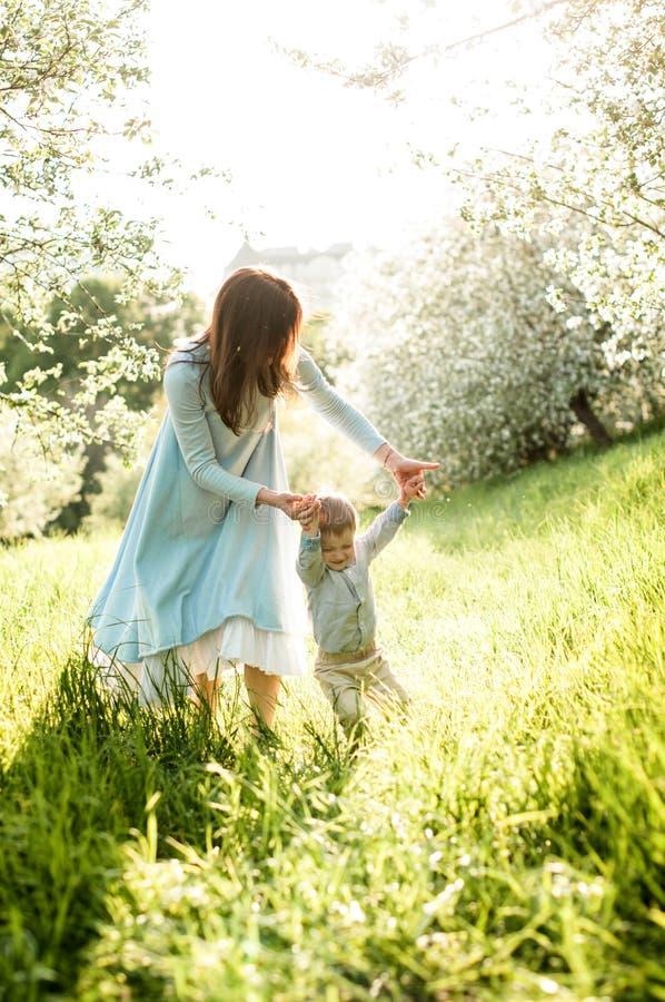 Jonge mooie moedergangen met haar weinig zoon royalty-vrije stock fotografie