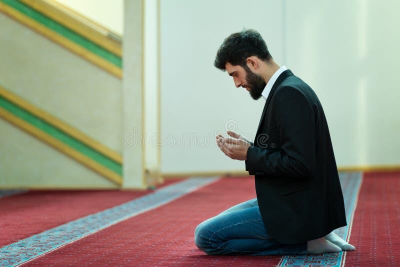 Jonge mooie Moslimmens die in Moskee bidden stock afbeelding