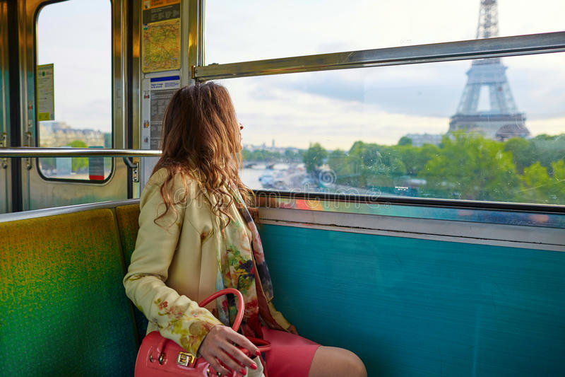 Jonge mooie Parijse vrouw in metro royalty-vrije stock fotografie