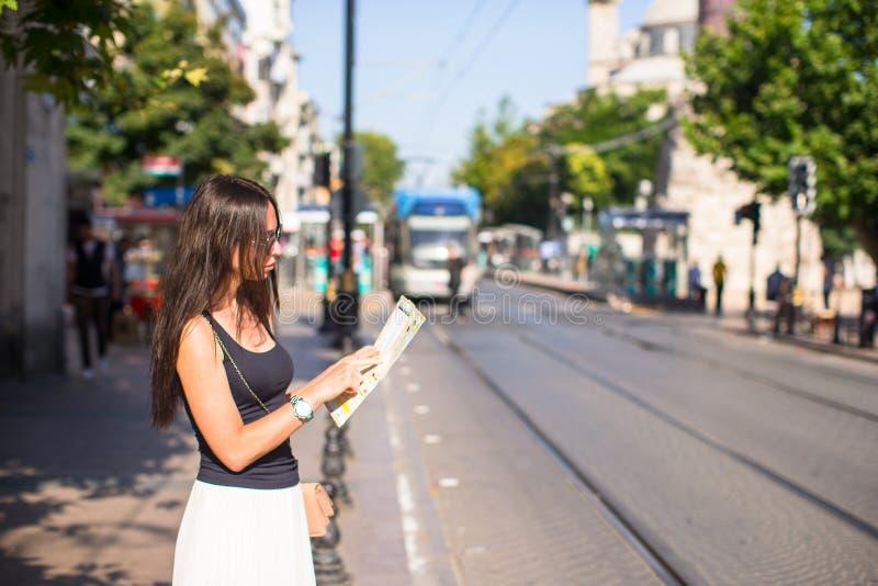 Jonge mooie reizende vrouw met kaart van stad royalty-vrije stock fotografie